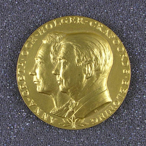 Obverse of Hoyle's Crafoord Prize medal, showing portraits of Anna-Greta and Holger Crafoord